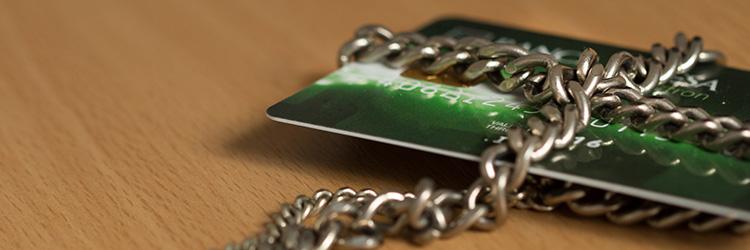 チェーンでロックされたクレジットカード
