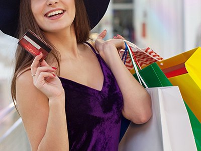 クレジットカードでショッピングする女性