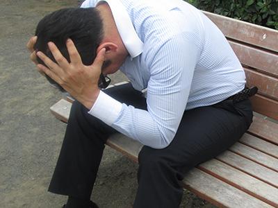 悪徳業者の被害に頭を抱える男性