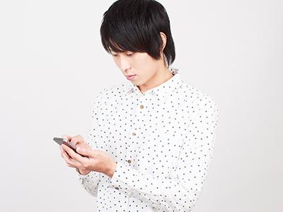 スマートフォンで検索をする若い男性