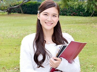 教科書を持ち笑顔の女子学生