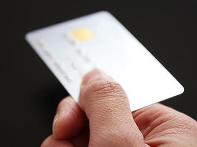 クレジットカードを差し出す手元